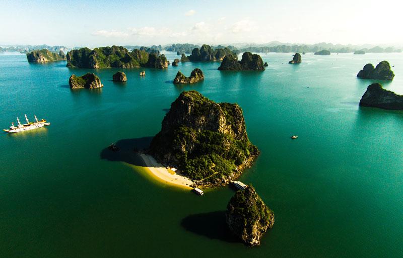 Cùng với vịnh Nha Trang và vịnh Lăng Cô của Việt Nam, vịnh Hạ Long là một trong số 29 vịnh được Câu lạc bộ những vịnh đẹp nhất thế giới xếp hạng và chính thức công nhận vào tháng 7/2003. Ảnh: Võ Rin.