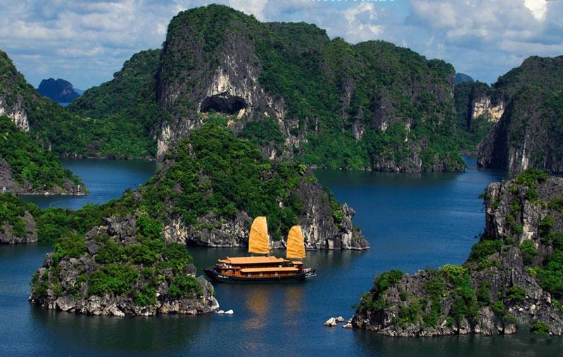 Vịnh Hạ Long cùng với đảo Cát Bà tạo thành một trong 21 khu du lịch quốc gia đầu tiên ở Việt Nam. Ảnh: Xomnhiepanh.