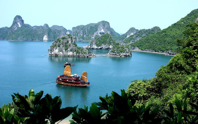 Vịnh Hạ Long (vịnh nơi rồng đáp xuống) là một vịnh nhỏ thuộc phần bờ tây vịnh Bắc Bộ tại khu vực biển Đông Bắc Việt Nam, bao gồm vùng biển đảo thuộc thành phố Hạ Long, thành phố Cẩm Phả và một phần huyện đảo Vân Đồn của tỉnh Quảng Ninh. Ảnh: Halongbayvietnam.