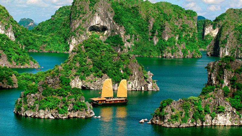 Vịnh Hạ Long giới hạn trong diện tích khoảng 1.553 km2 bao gồm 1.969 hòn đảo lớn nhỏ, phần lớn là đảo đá vôi, trong đó vùng lõi của. Vịnh có diện tích 335 km2, quần tụ dày đặc 775 hòn đảo Ảnh: Sinhbalo.