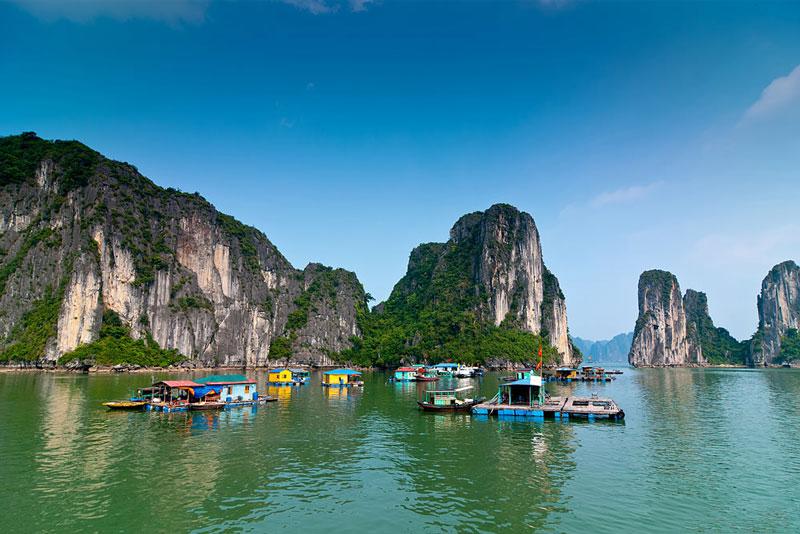 Tiến trình dựng nước và truyền thống giữ nước của dân tộc Việt Nam, trong suốt hành trình lịch sử, cũng khẳng định vị trí tiền tiêu và vị thế văn hóa của vịnh Hạ Long qua những địa danh mà tên gọi gắn với điển tích còn lưu truyền đến nay, như núi Bài Thơ, hang Đầu Gỗ, Bãi Cháy… Ảnh: Copyright.