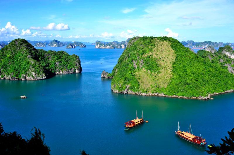 Đây là trung tâm của một khu vực rộng lớn có những yếu tố ít nhiều tương đồng về địa chất, địa mạo, cảnh quan, khí hậu và văn hóa, với vịnh Bái Tử Long phía Đông Bắc và quần đảo Cát Bà phía Tây Nam. Ảnh: Vietnamairlines.