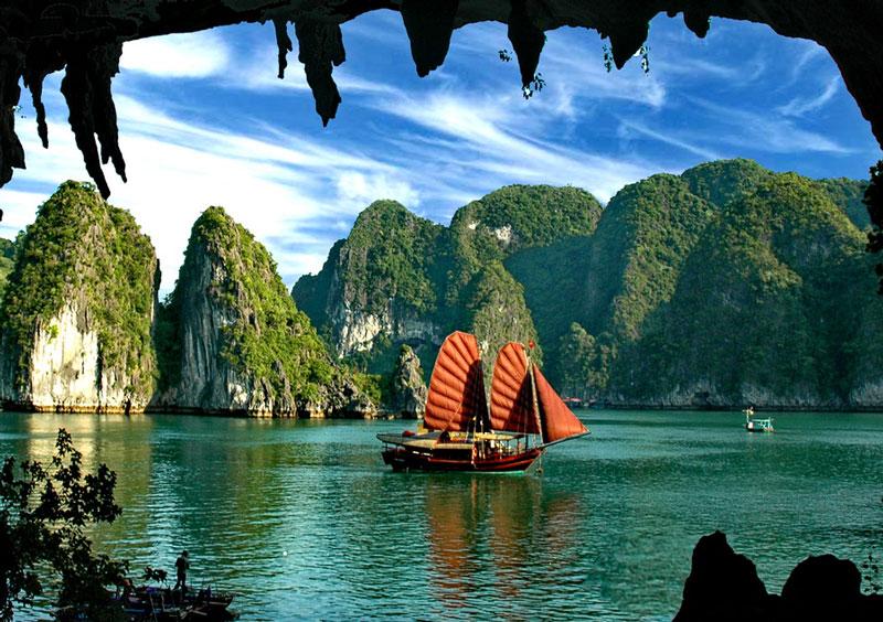 Hiện nay, vịnh Hạ Long là một khu vực phát triển năng động nhờ những điều kiện và lợi thế sẵn có như có một tiềm năng lớn về du lịch, nghiên cứu khoa học, nuôi trồng, đánh bắt thủy sản, giao thông thủy đối với khu vực vùng biển Đông Bắc Việt Nam nói riêng và miền Bắc Việt Nam nói chung. Ảnh: Ringotravel.