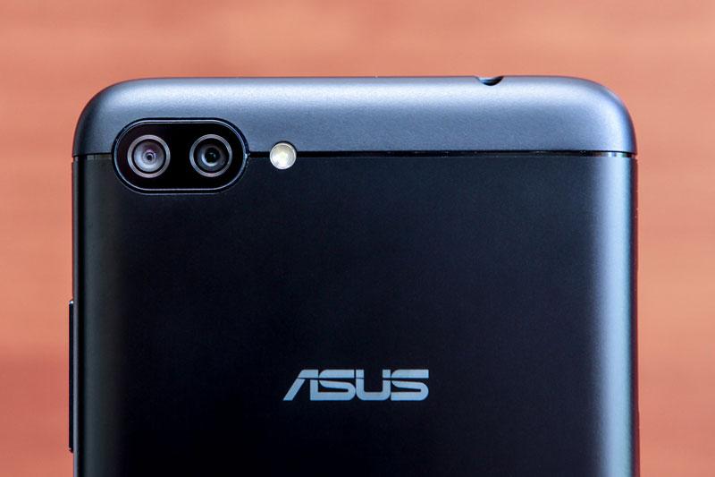 Asus ZenFone 4 Max sở hữu bộ đôi camera kép ở mặt lưng với cùng độ phân giải 13 MP, khẩu độ f/2.0. Hai máy ảnh này được trang bị đèn flash LED, hỗ trợ lấy nét theo pha, quay video Full HD cùng góc chụp rộng 120 độ.