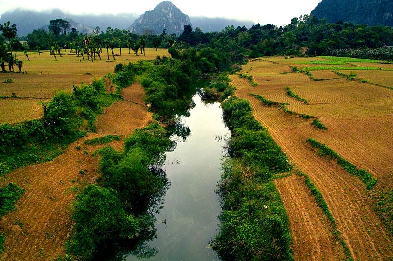 Trong lịch sử, sông Gianh được gọi theo tên chữ là Linh Giang (chữ Hán:靈江). Nếu Đèo Ngang là ranh giới thời Đại Cồ Việt và Chiêm Thành sau khi người Việt giành được độc lập (939) và trước thời kỳ Nam Tiến của người Việt (1069) thì sông Gianh là ranh giới thời Trịnh-Nguyễn phân tranh giữa Đàng Trong và Đàng Ngoài (1570-1786) với xung đột vũ trang gần nửa thế kỷ (1627-1672). Chiến trường chính là miền Bố Chính (Quảng Bình). Đèo Ngang gắn với huyền thoại