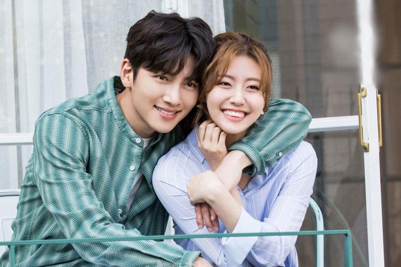 """5. Suspicious Partner (tạm dịch: Đối tác đáng ngờ). Phim kể về Noh Jin-wook (Ji Chang-wook đóng), một công tố viên có tính cách """"tsundere"""" (bên ngoài mạnh mẽ nhưng thực chất bên trong lại yếu đuối) và Eun Bong Hee (Nam Ji-hyun đóng), một nhân viên tập sự của tòa án giàu lòng nhiệt huyết. Cả hai hợp tác giải quyết một vụ án và dần nảy sinh tình cảm với nhau."""
