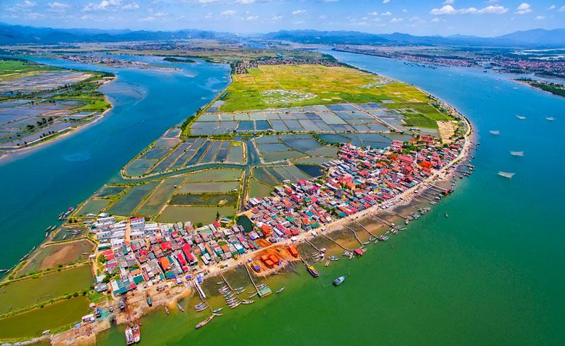 Sông Gianh dài khoảng 160 km, cắt qua quốc lộ 1 ở Tây Bắc Cửa Gianh 5 km. Ảnh: Nguyễn minh Tân.
