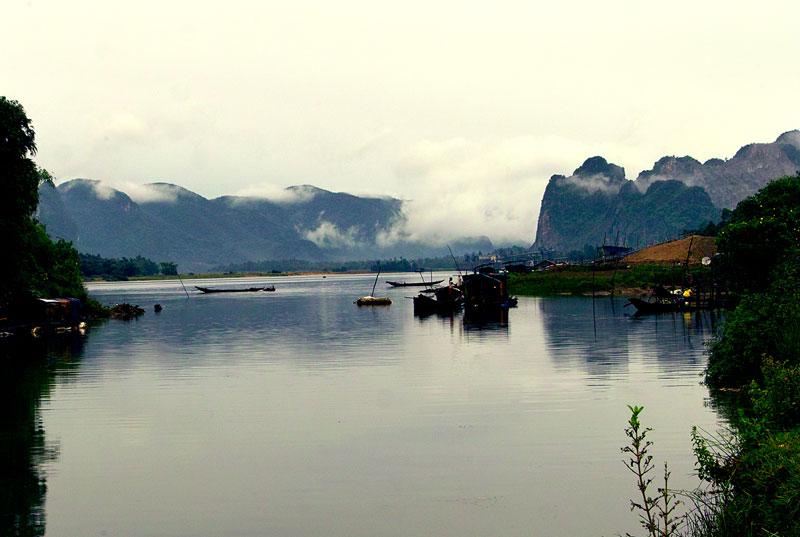 Dòng cát bùn khoảng 1,93x105 tấn/năm, ứng với độ đục trung bình năm 192 g/m3 và hệ số xâm thực 168 tấn/km2 năm. Tàu thuyền có thể qua lại đoạn sông ở hạ lưu, từ Cửa Gianh đến Ba Đồn 6 km, đến thị trấn Đồng Lê huyện Tuyên Hóa là 47 km. Ảnh: Lê Quang.