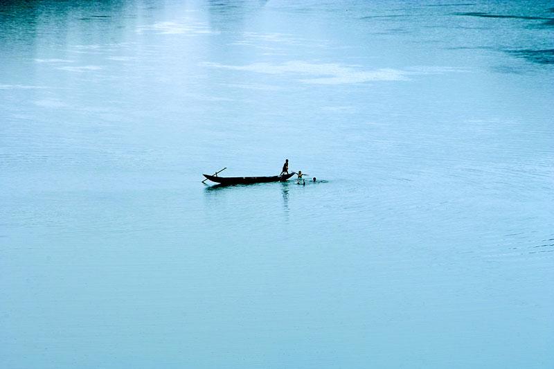 Đoạn thượng lưu từ Khe Nét trở về nguồn dài khoảng 70 - 80 km, lòng sông nhiều thác ghềnh. Khoảng 20 km đầu nguồn đá đổ ngổn ngang trong lòng sông. Tới Đồng Tâm, lòng sông rộng khoảng 80 - 90m, lớn nhất 110 - 115m. Đoạn từ các xã Phù Hóa, Quảng Tiên tới thị trấn Ba Đồn, lòng sông có 5 cồn, đảo nhỏ trên sông, trong đó đảo dài nhất khoảng 3,8 km rộng nhất khoảng 0,8 km. Ngay dưới Ba Đồn lòng sông rộng tới 1 km. Ảnh: Lê Quang.
