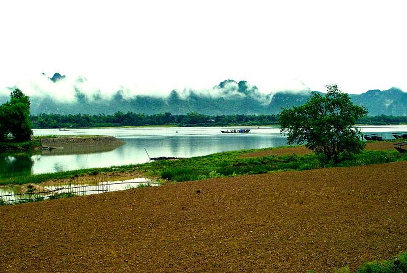 Sông Gianh và Đèo Ngang là biểu trưng địa lý của tỉnh Quảng Bình. Phần thượng lưu sông Gianh có tên là Rào Nậy với những đặc điểm địa vật lý và địa chất dị thường của Rào Nậy - Hoành Sơn, một nhánh khác là Rào Son có động Phong Nha (vườn quốc gia Phong Nha - Kẻ Bàng, di sản thiên nhiên thế giới). Cửa sông có cảng biển gọi là Cảng Gianh. Ảnh: Lê Quang.