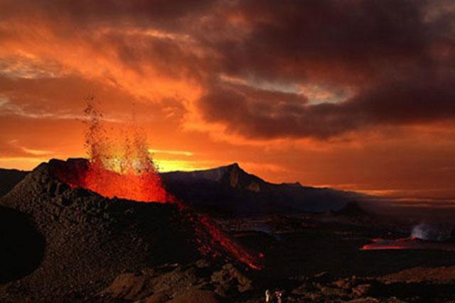 Núi lửa phum trào có thể tạo ra nhiều tro bụi che lấp bầu trời. Ảnh: iStock.