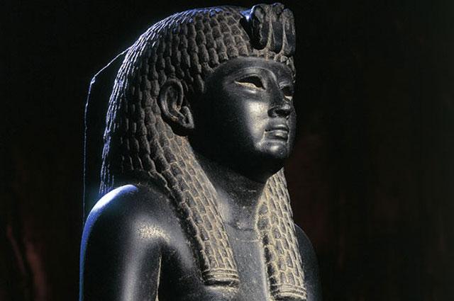 Tượng Cleopatra đúc bằng bazan.