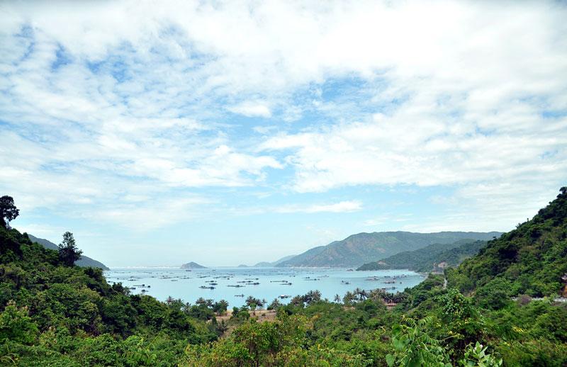 Vũng Rô là một trong ba địa điểm có điều kiện tự nhiên tốt nhất tại Việt Nam để xây dựng cảng biển lớn (hai địa điểm còn lại là Cam Ranh và Vân Phong). Hơn nữa việc nằm cạnh cảng trung chuyển container quốc tế Vân Phong tạo cho Vũng Rô lợi thế rất lớn cho các hoạt động xuất nhập khẩu hàng hóa, giao lưu với thế giới. Nhằm khai thác lợi thế cảng Vũng Rô, khu kinh tế Nam Phú Yên đã được thành lập. Ảnh: Văn Tuấn.