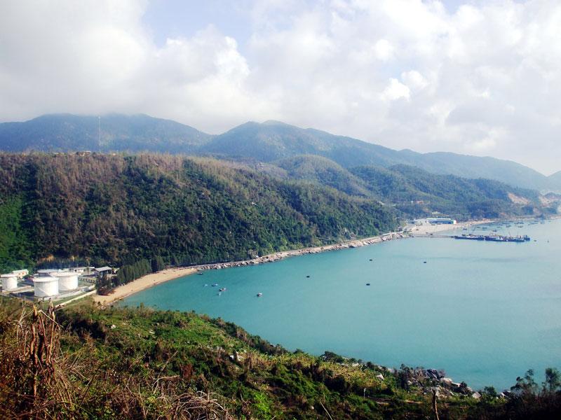 Vịnh Vũng Rô là vịnh nhỏ, nhưng xinh đẹp thuộc xã Hòa Xuân Nam, huyện Đông Hòa, tỉnh Phú Yên. Ảnh: Bùi Thụy Đào Nguyên.