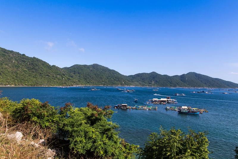 Vịnh Vũng Rô có diện tích 16,4 km2 mặt nước, được 3 dãy núi cao che chắn là Đèo Cả, Đá Bia và Hòn Bà từ 3 phía Bắc, Đông và Tây. Ảnh: Hải Vinh.