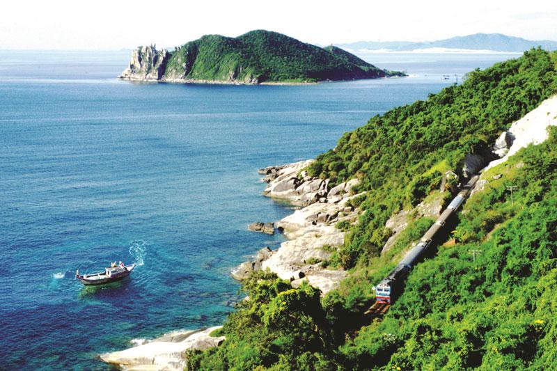 Phía Nam vịnh là đảo Hòn Nưa cao 105 m như 1 pháo đảo canh gác, trên đảo có ngọn đèn biển lớn. Ảnh: Lê Minh.