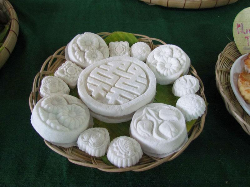 Tìm hiểu về đặc sản nổi tiếng ở xứ Huế. Bánh in là một loại bánh có xuất xứ từ Huế, được làm từ bột năng, bột nếp, đậu xanh, đường, các nguyên liệu khác. Đây là loại bánh để dùng trong ngày Tết, phục vụ việc thờ cúng và đãi khách. Do giá trị rẻ nên được rất nhiều người ưa chuộng. (CHI TIẾT)