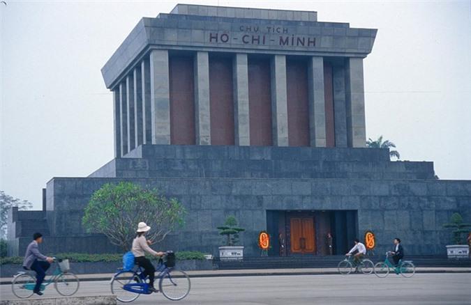 Lăng Chủ tịch Hồ Chí Minh ở Quảng trường Ba Đình, Hà Nội, Việt Nam cuối thập niên 1990. Ảnh: Manfred Leiter/ Ttropicalisland.de.