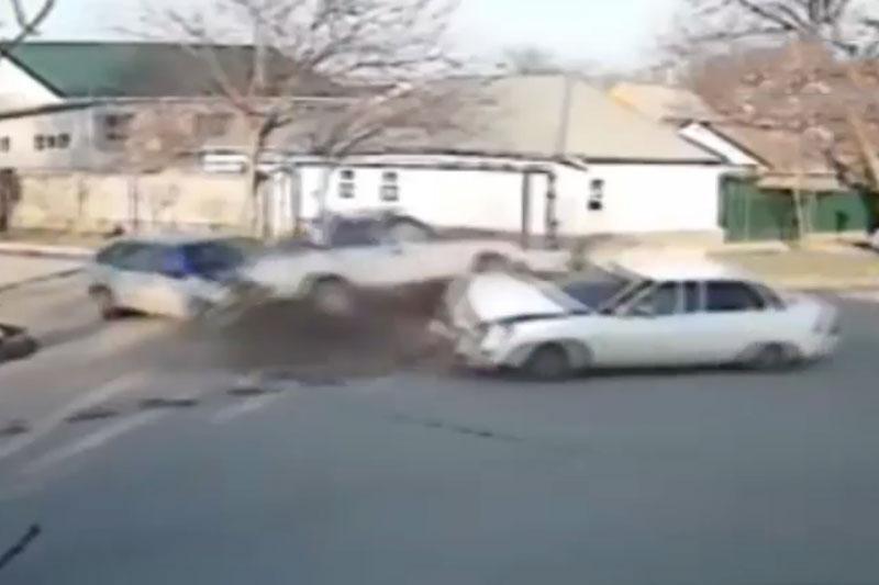 Những vụ tai nạn kinh hoàng tại các giao lộ. Đoạn video sau đây ghi lại những vụ tai nạn, va chạm giao thông tại các giao lộ ở nhiều địa điểm khác nhau. (CHI TIẾT)