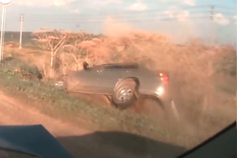 Xe Kia Spectra lao xuống lề đường.