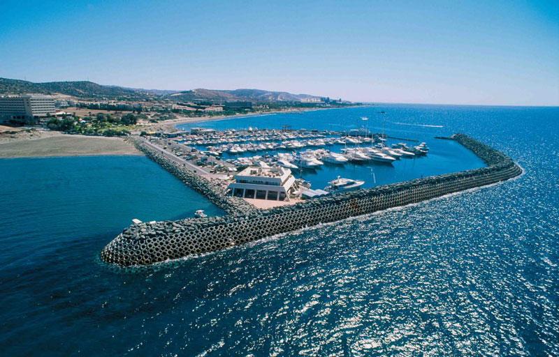 10. Cộng hòa Síp. Quốc đảo Âu Á nằm ở phía đông Địa Trung Hải. Síp là hòn đảo lớn thứ ba ở Địa Trung Hải, và là một trong những địa điểm thu hút nhiều khách du lịch nhất, với hơn 2,4 triệu du khách mỗi năm. Cộng hòa Síp là một trong những quốc gia có cuộc sống thanh bình nhất thế giới.