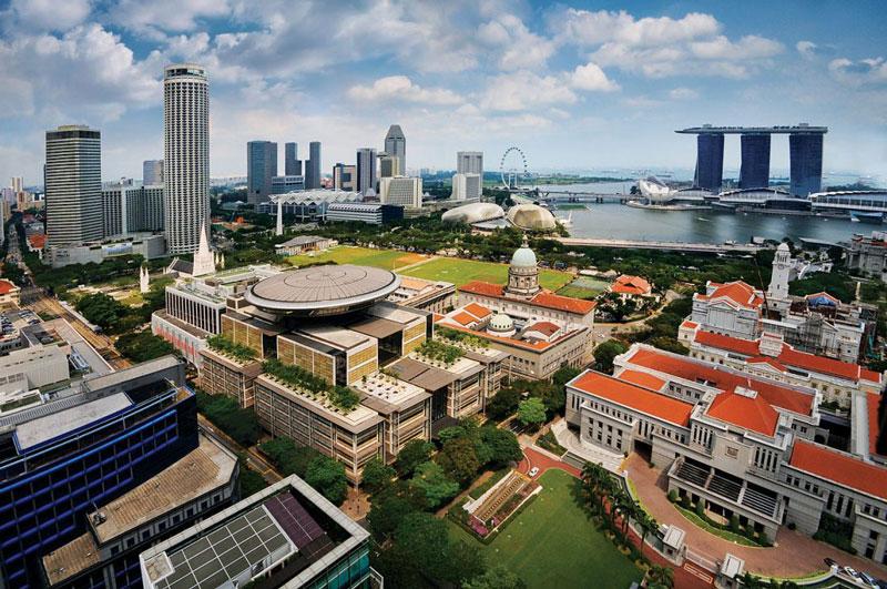5. Singapore. Đảo quốc nằm ngoài khơi mũi phía nam của bán đảo Mã Lai và cách xích đạo 137 km về phía Bắc. Singapore là một trong các trung tâm thương mại lớn của thế giới, với vị thế trung tâm tài chính lớn thứ tư và một trong năm cảng bận rộn nhất. Theo nghĩa đen, đây là nước an toàn nhất trên toàn Châu Á vì tỷ lệ tội phạm gần như là 0,3 vụ giết người trong mỗi 100.000 dân.