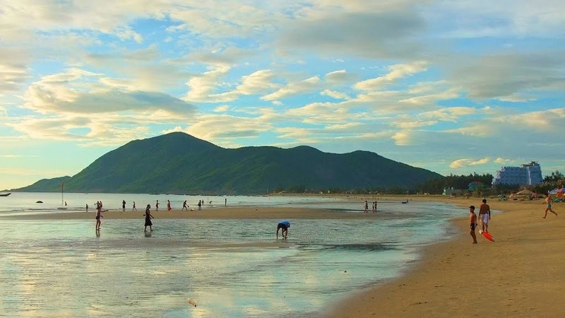 Cách bãi biển hơn 10 km có đập Hồ Kẻ Gỗ, nơi có phong cảnh sơn thủy hữu tình, nước trong xanh, có sóng giống như biển hồ. Ảnh: Khoi Tran Duc.