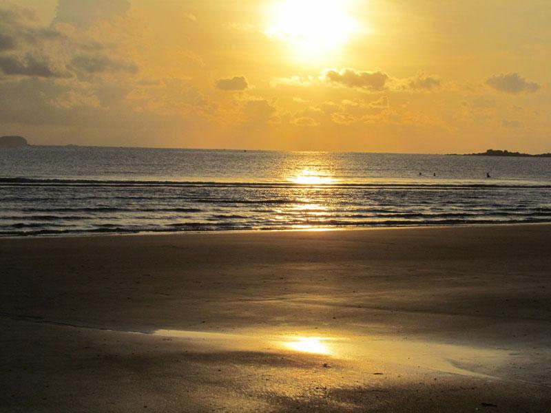 Bãi biển Thiên Cầm cách thành phố Hà Tĩnh 20 km về phía Đông Nam, theo quốc lộ 1A. Đây là bãi biển mang dáng vẻ hoang sơ. Ảnh: Mytour.