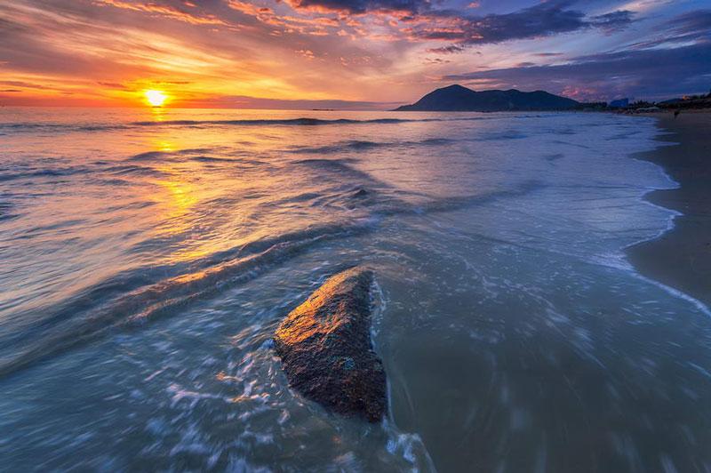 Sát bờ biển là núi Thiên Cầm hùng vỹ, trên núi có bàn cơ tiên, có dấu chân trái của người khổng lồ in trên phiến đá qua hàng triệu năm giờ vẫn rõ. Ảnh: Tu_geo.