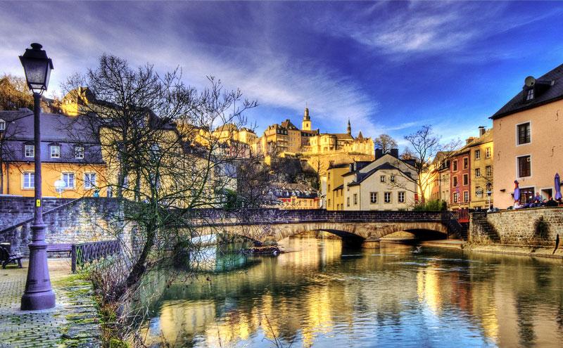 6. Luxembourg. Đất nước nhỏ nằm trong lục địa ở Tây Âu, giáp với Bỉ, Pháp và Đức. Đất nước này có một nền kinh tế phát triển cao, với GDP bình quân đầu người cao bậc nhất trên thế giới. Vì có diện tích nhỏ nên vấn đề an ninh của Luxembourg luôn được đảm bảo.