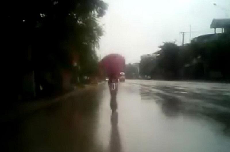 """Dán mắt vào điện thoại, nữ sinh tông vào đuôi ôtô ngã. Nữ sinh trong đoạn video sau đây điều khiển xe đạp điện, dán mắt vào điện thoại nên tông vào đuôi ôtô đỗ bên đường ngã """"sấp mặt"""". (CHI TIẾT)"""