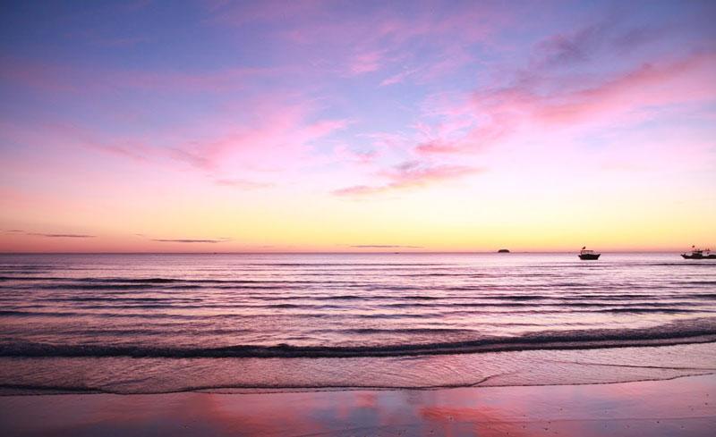 Bãi biển Thiên Cầm như hình cánh cung hay giống cây đàn cầm, có tới 3 bãi tắm, bãi chính dài 3 km đẹp, bãi khác dài khoảng 10 km, bãi cát trắng thoai thoải phẳng ít lồi lõm, nước biển xanh trong vắt màu ngọc bích, có thể nhìn xuống tận đáy, bờ biển thoai thoải, có thể tắm ở xa bờ hơn 100 m, nước biển có độ mặn rất cao. Ảnh: Sanvemaybay.