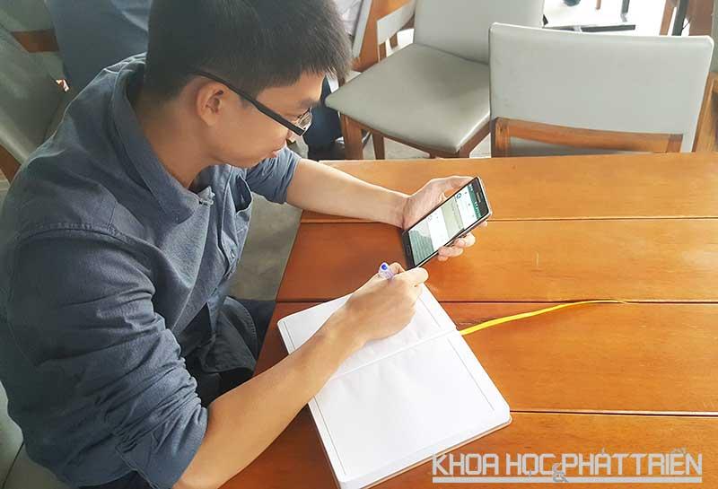 Cao Thanh Hải – founder của Alfazi đang giải một bài toán trực tiếp trên ứng dụng