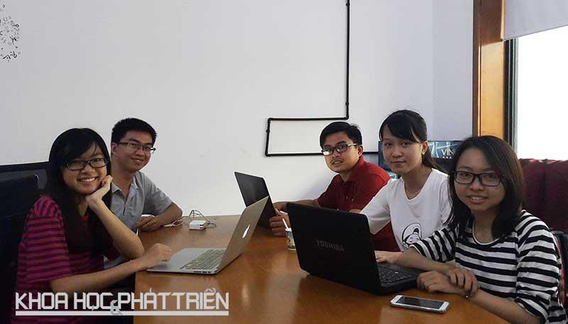Anh Cao Thanh Hải (thứ 2 từ trái sang) đang làm việc với đội ngũ của mình trong SIHUB