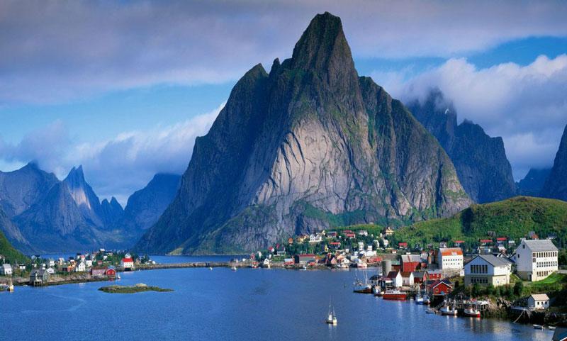 3. Na Uy. Đất nước theo thể chế quân chủ lập hiến tại Bắc Âu chiếm phần phía tây Bán đảo Scandinavia. Na Uy được xếp hạng cao nhất về phát triển con người. Nước này cũng được xếp hạng là quốc gia an toàn nhất thế giới.