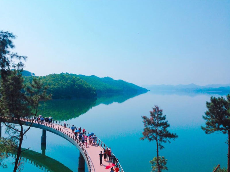 Hồ Kẻ Gỗ là hồ chứa nước nhân tạo tại xã Cẩm Mỹ huyện Cẩm Xuyên tỉnh Hà Tĩnh. Ảnh: Chudu24.