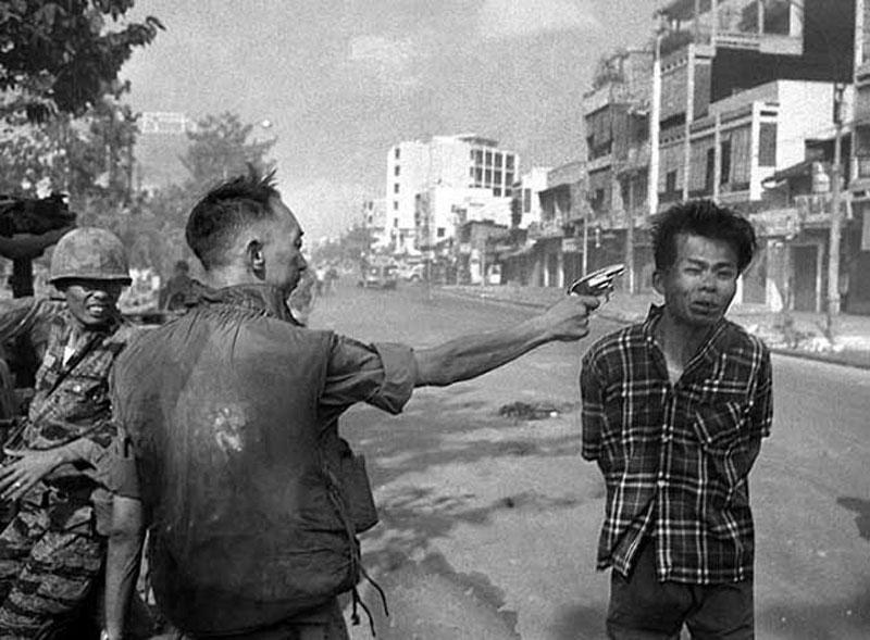 Ngày 1/2/1968, cảnh sát trưởng miền Nam Việt Nam chuẩn bị thi hành án tử hình ngay trên đường đối với một người đàn ông mà ông ta xem là Việt Cộng. Đây được xem là một trongg những tội ác kinh hoàng nhất trong lịch sử nhân loại.