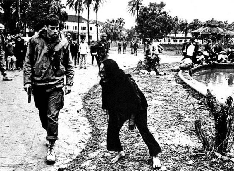 Một người phụ nữ Việt Nam cố cầu xin sĩ quan Mỹ tha chết cho con trai của mình. Trước đó, con trai của phụ nữ này đã bị bắt vì tình nghi là Việt Cộng. Ảnh: Getty.