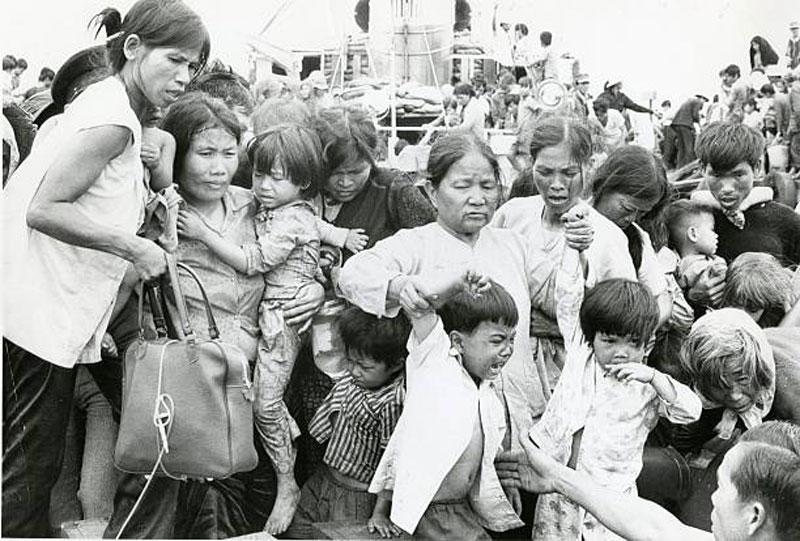 Người tị nạn tại Vũng Tàu vào ngày 4/4/1975. Ảnh: Getty.