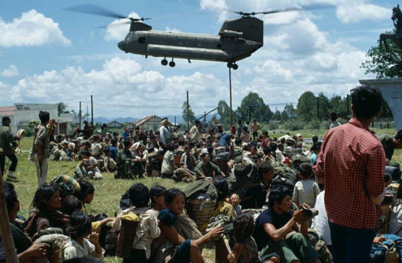 Lính Mỹ di tản người đồng bào dân tộc thiểu số ở Kon Tum ra khỏi vùng chiến đấu. Ảnh: Getty.