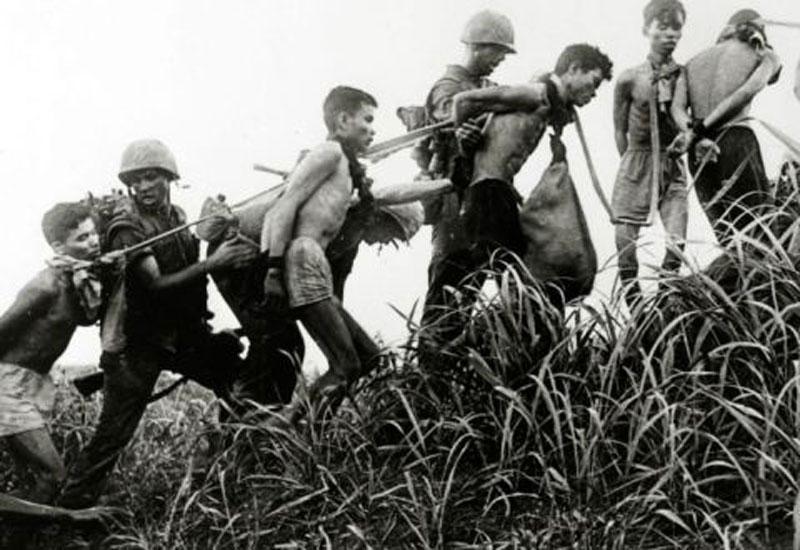 Hải quân Mỹ bắt giữ và hành hạ các tù nhân mà họ tình nghi là Việt Cộng vào năm 1965. Ảnh: Getty.