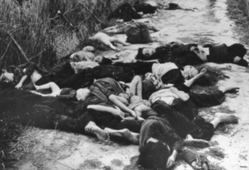 Xác người chết bên vệ đường ở miền Nam Việt Nam sau một cuộc bắn đạn pháo của lính Mỹ vào năm 1962. Ảnh: Getty.