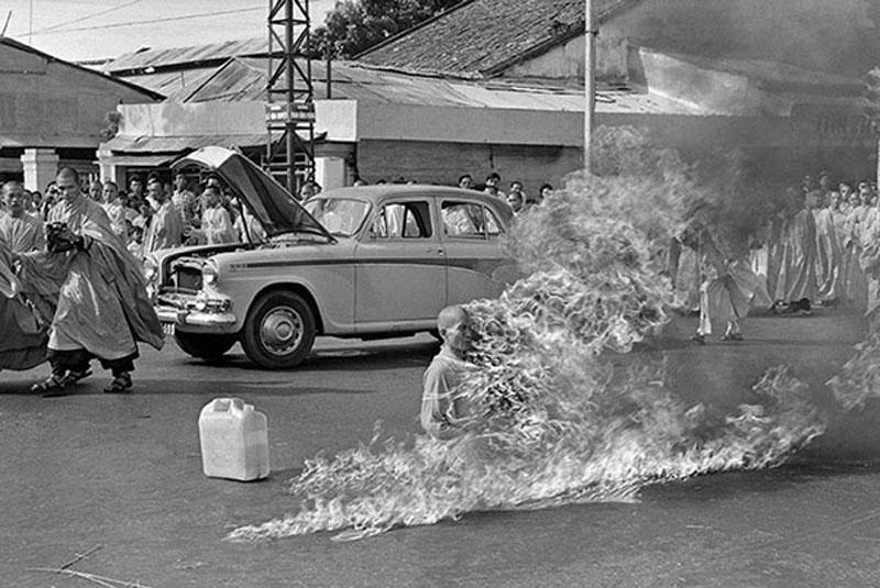Hòa thượng Thích Quảng Đức tẩm xăng tự thiêu tại một ngã tư đông đúc ở Sài Gòn vào ngày 11 tháng 6 năm 1963 nhằm phản đối sự đàn áp Phật giáo của chính quyền Việt Nam Cộng hòa Ngô Đình Diệm. Ảnh: AP.