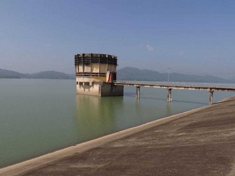Hồ Kẻ Gỗ là một công trình nhân tạo, nó mang tính chất phục vụ thuỷ lợi là chính, hồ được xây dựng trên lưu vực của sông Rào Cái. Ảnh: Ngọc Viên.