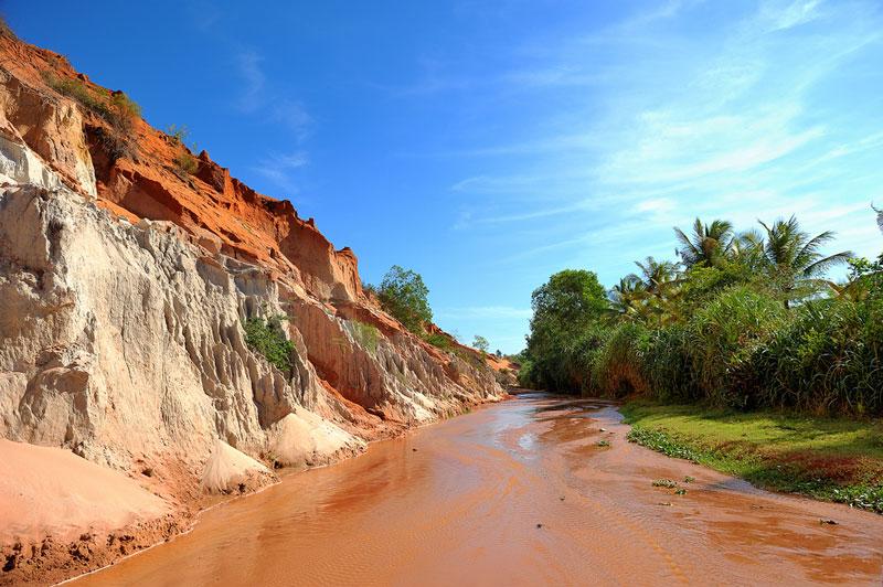 Không gian tại đây đỏ rực bởi màu cát và nằm cách bãi biển không xa lắm. Có hàng nghìn nhũ cát lô nhô chĩa thẳng lên trời như đỉnh tháp. Cát bị mưa gió bào mòn nên có nhiều hình thù kỳ lạ, nhưng cứng như đá. Ảnh: Hpham.