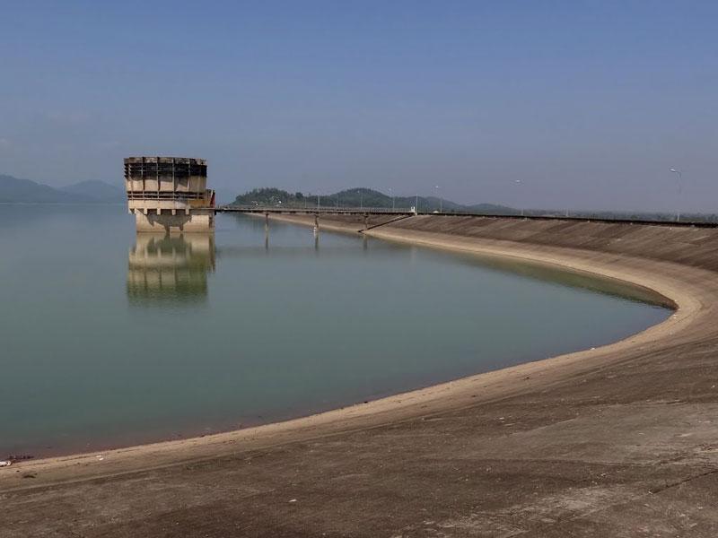 Hồ được khởi công xây dựng từ năm 1976 tới năm 1980 thì hoàn thành các hạng mục chính, đến năm 1983 thì toàn bộ hệ thống được đưa vào sử dụng. Ảnh: Ngọc Viên.