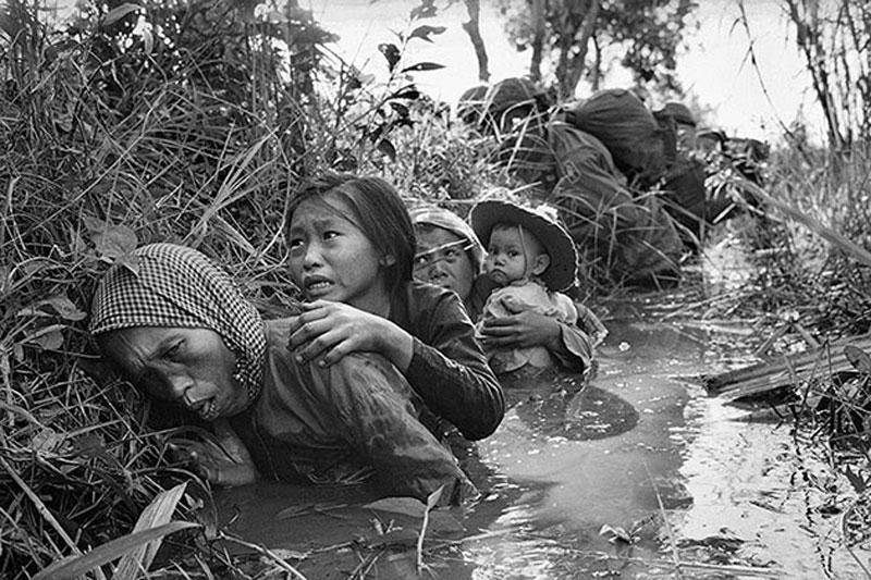 Người dân Việt Nam hoảng sợ khi lính Mỹ mở cuộc tấn công Việt Cộng vào tháng 1 năm 1966. Ảnh: AP.