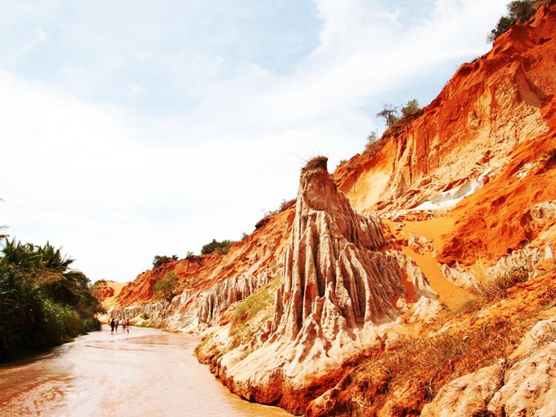 Trước đây, khe nước nhỏ này còn có tên gọi là suối Tre. Người Phan Thiết cũng ít ai biết Suối Tre vì nó nằm khuất sau những đồi cát cháy nắng. Ảnh: Đất Việt tour.