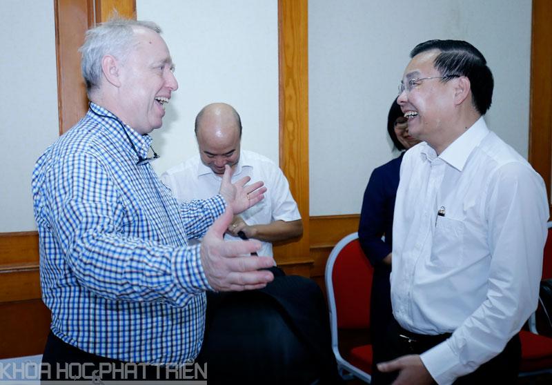 Bộ trưởng Bộ KH&CN Chu Ngọc Anh trao đổi với Giáo sư Goran Roos. Ảnh: Loan Lê.