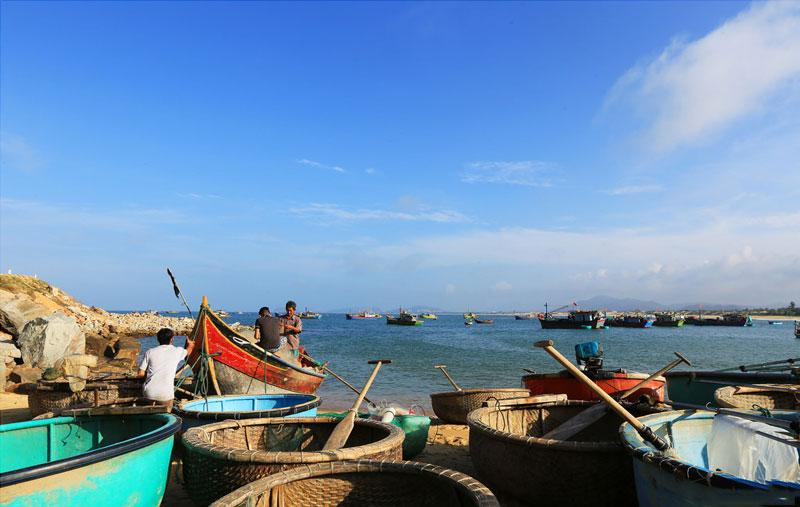 Nghề chính hiện nay của ngư dân nơi đây là làm nghề giã, lưới mành, đánh bắt gần bờ để cung cấp cho việc nuôi tôm hùm, cá lồng ở Quy Nhơn (Bình Định) và thị xã Sông Cầu (Phú Yên). Ảnh: Doan Manh Hung.